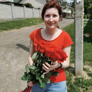 вручення букета 11 червоних троянд дівчині до дня народження