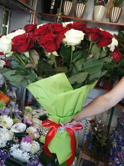 51 троянда червона та біла фото