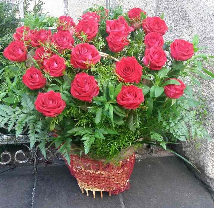 21 червона троянда в кошику фото