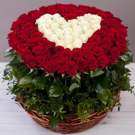букет 101 троянда серце в кошику