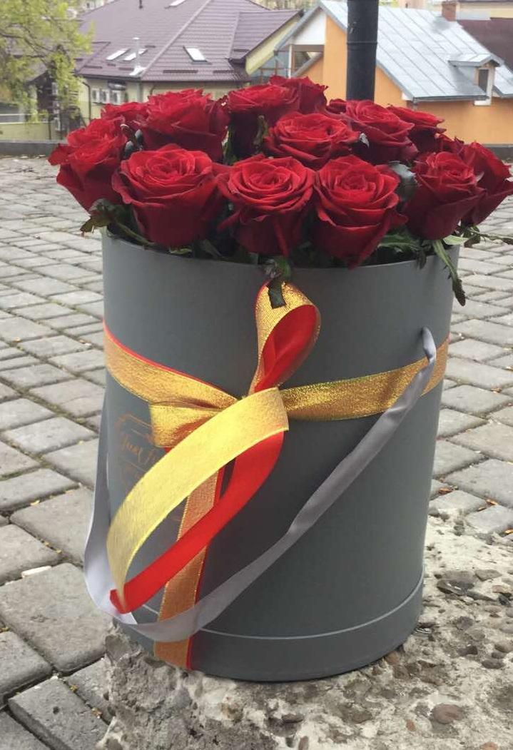 21 троянда в сірій капелюшній коробці фото