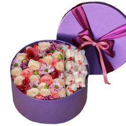 """Капелюшна коробка """"Солодкі почуття"""" квіти та цукерки raffaello"""