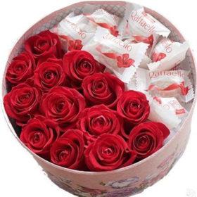 солодка коробочка рафаело та троянди фото