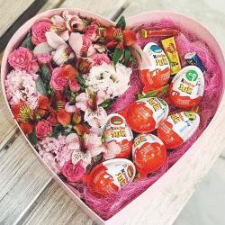 квіти та цукерки в коробці серце фото