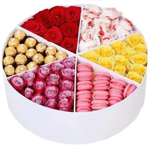 Примха багатія троянди та солодощі у коробці