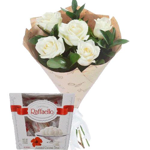 фото 5 білих троянд із цукерками