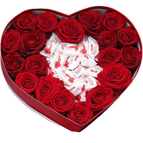 """Коробочка """"Солодке кохання"""" червоні троянди та цукерки raffaello"""