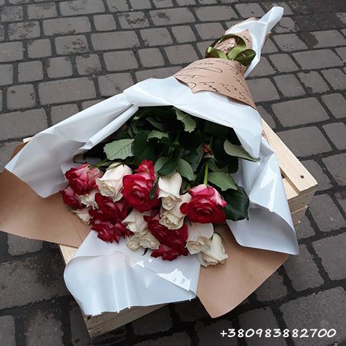 букет червоно-білих троянд