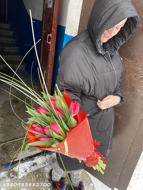 букет червоних тюльпанів фото доставки