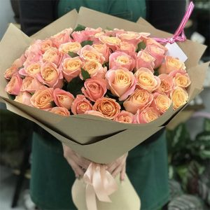 Великий букет з 51 троянди коралового кольору сорти Міс Піггі підкорить вашу обраницю