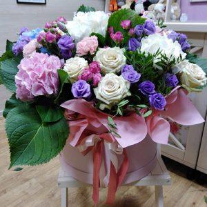 большая и яркая коробка цветов с бантиком для любимой фото